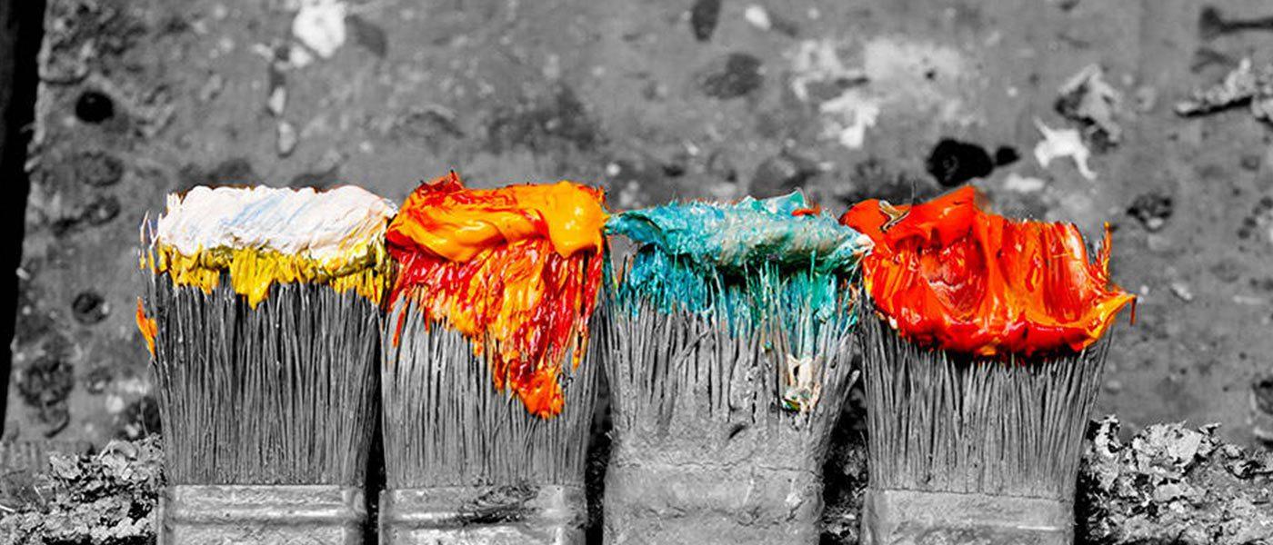 alte Pinsel mit Farbe