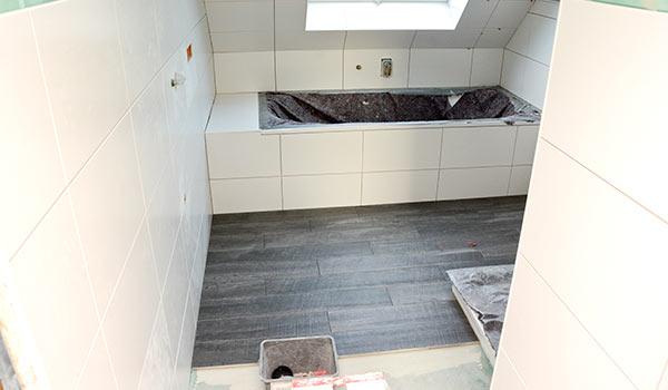 Badezimmer - Renovierung Mit Neuen Boden- Und Wandfliesen